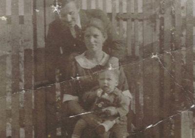 1928-Carlos-Stappung-2-años-y-sus-padres-copy