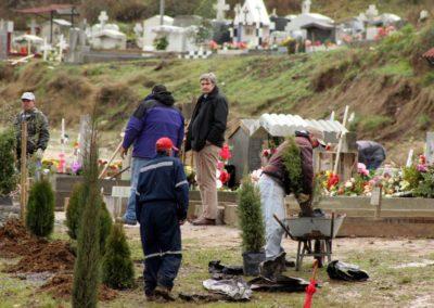 2014-7-25-Plantando-arbolitos-en-el-cementerio-1